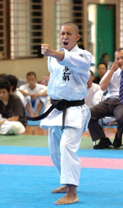 県高校空手男子個人形で優勝した時の喜友名諒=2007年、浦添高校体育館