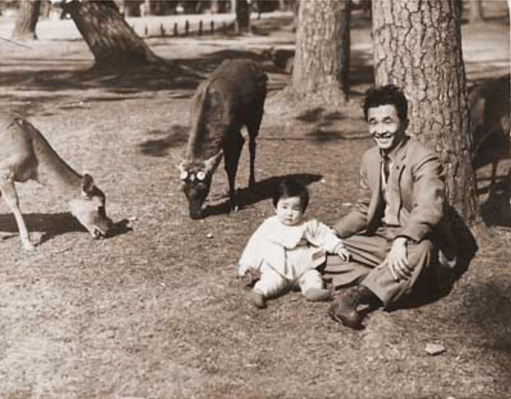 高市早苗(1才)。奈良公園で父親の高市大休さんと